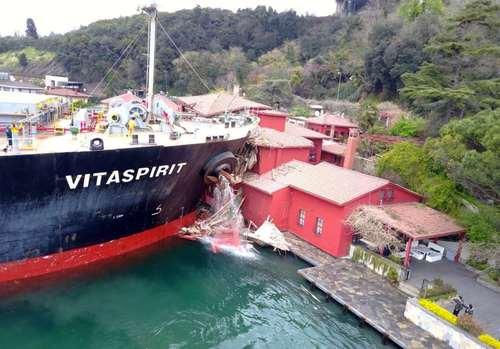 برخورد یک کشتی مالتی به یک خانه تاریخی در حاشیه تنگه بسفر در استانبول ترکیه- عکس: آسوشیتدپرس