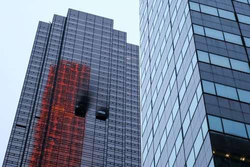 صدمات جدی به پنجرههای نمای برج ترامپ پس از خاموش کردن آتش سوزی گسترده در طبقه پنجاهم این برج - نیویورک/عکس: رویترز