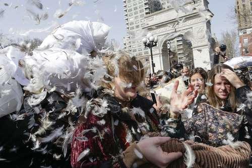 روز جهانی جنگ بالشها در شهر نیویورک آمریکا