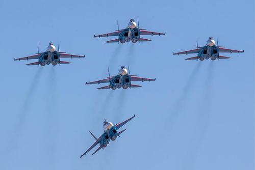 نمایش هوایی جنگندههای سوخو 30 روسی بر فراز مسکو