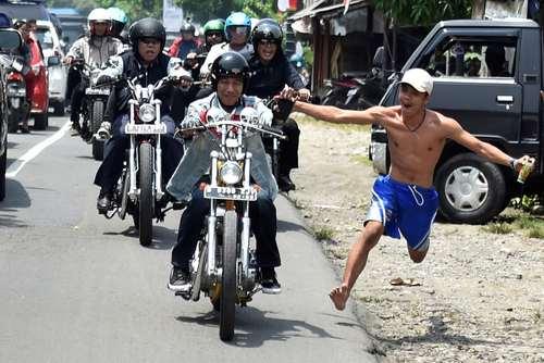 استقبال از رییس جمهوری موتورسوار اندونزی در جریان بازدیدش از یک منطقه ساحلی/عکس: رویترز