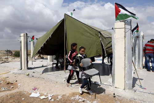 تخریب یک دبستان فلسطینی به دست نیروهای اسراییل در شهر الخلیل در کرانه باختری