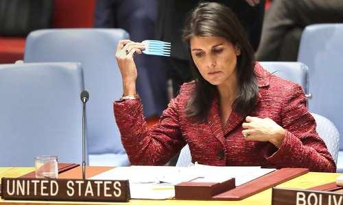 نیکی هیلی نماینده آمریکا در سازمان ملل در حال شانه کردن موهایش پیش از آغاز نشست شورای امنیت برای رای گیری قطعنامه پیشنهادی آمریکا درباره سوریه. روسیه این قطعنامه را وتو کرد/عکس: آسوشیتدپرس