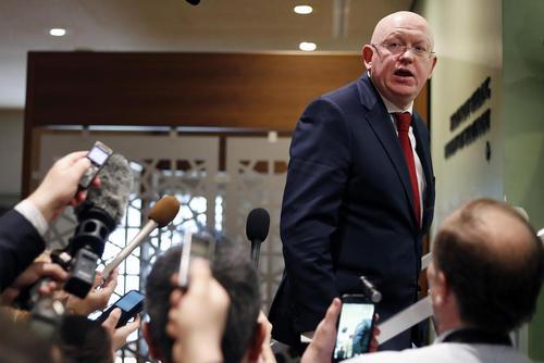 نماینده روسیه در سازمان ملل در حلقه محاصره خبرنگاران پس از عدم تصویب قطعنامه پیشنهادی روسیه در محکومیت حمله 3 کشور غربی به سوریه- مقر سازمان ملل در نیویورک