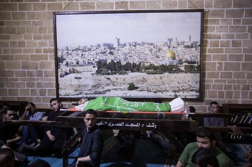مراسم تشییع پیکر یک جوان 28 ساله فلسطینی که در جریان اعتراضات ضد اسراییلی در مرز باریکه غزه به ضرب گلوله سربازان اسراییل به شهادت رسیده است.