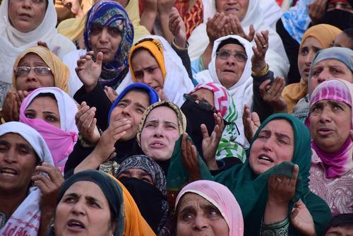 گریه زنان مسلمان کشمیری هنگام نمایش تار ریش منسوب به پیامبر اسلام در زیارتگاهی در کشمیر