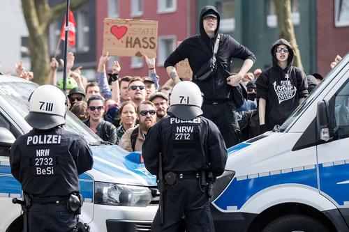حائل شدن پلیس آلمان بین صف معترضان راستگرای مخالف مهاجران با مخالفان چپگرای آنها در جریان تجمع اعتراضی راستگرایان در شهر دورتموند