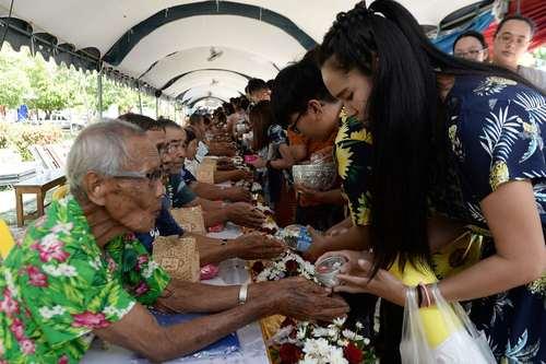 شستشوی دستهای سالمندان از سوی جوانان به عنوان یکی ار رسوم سال نو تایلندی- ناراتیوات تایلند/ عکس: خبرگزاری فرانسه