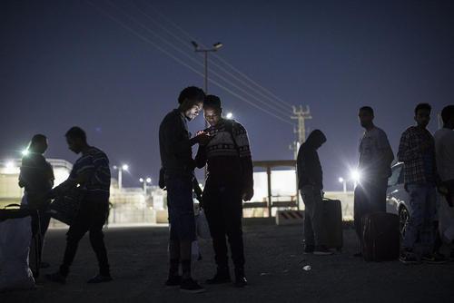 207 مهاجر سودانی و اریتره ای در انتظار انتقال به صحرای نقب اسراییل پس از آزادی از زندان - دولت اسراییل موفق به توافق با اوگاندا و یک کشور دیگر برای انتقال این تعداد مهاجر نشد و آنها را از زندان آزاد کرد.