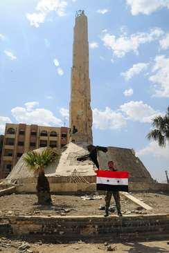 ورود نیروهای دولتی سوریه به میدان شهدا در مرکز شهر دوما در غوطه شرقی دمشق- عکس: خبرگزاری فرانسه