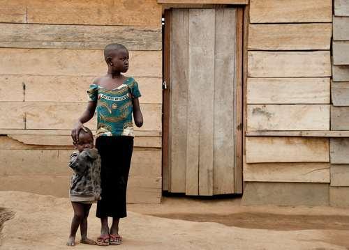 دو خواهر در اردوگاه آوارگان جنگی در جمهوری دموکراتیک کنگو. دست خواهر بزرگتر از سوی شبه نظامیان مسلح قطع شده است.
