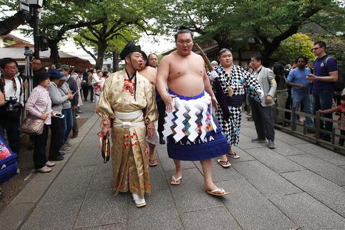 آغاز تورنمنت سالانه کشتی سنتی ژاپن – سومو- در معبد یاسوکنی در شهر توکیو