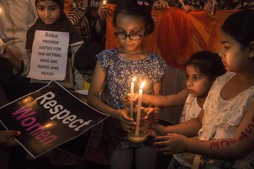 روشن کردن شمع در یادبود