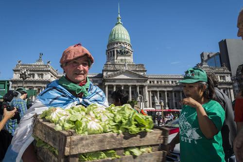 توزیع مجانی 30 هزار کیلو میوه و سبزیجات از سوی کشاورزان آرژانتینی در مقابل ساختمان کنگره ملی در بوینوس آیرس در حمایت از قانون جدید که به آنها حق مالکیت زمین هایشان را می دهد.