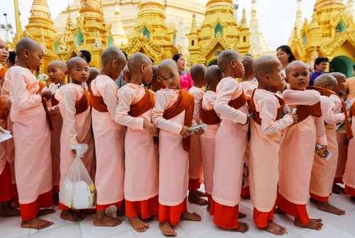 راهبان نوجوان بودایی در جشن سال نو میانماری در مبدی در شهر یانگون
