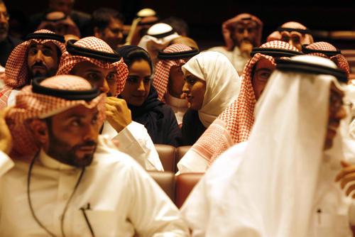 تماشاگران سعودی در حال تماشای نخستین فیلم سینمایی – فیلم آمریکایی پلنگ سیاه- نمایش داده شده در عربستان سعودی در سینمایی در مرکز تجاری ملک عبدالله در شهر ریاض /عکس: خبرگزاری آلمان