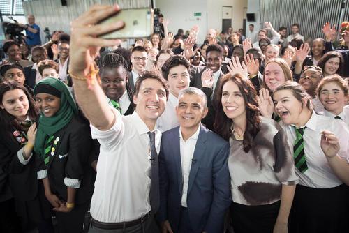 سلفی گرفتن نخست وزیر کانادا در کنار شهردار لندن و نخست وزیر نیوزیلند در حاشیه اجلاس سران کشورهای مشترک المنافع بریتانیا در لندن