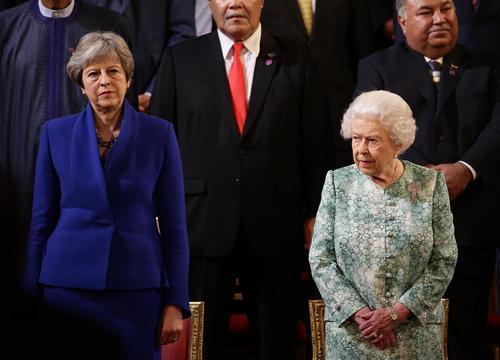 حضور ملکه و نخست وزیر بریتانیا در آیین گشایش اجلاس سران کشورهای مشترک المنافع بریتانیا در کاخ باکینگهام در لندن