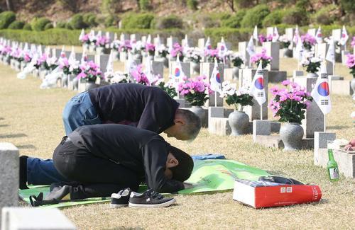 خانوادههای قربانیان جنبش ضد دیکتاتوری 1960 در سالگرد این واقعه تاریخی در کره جنوبی در مزار قربانیان حاضر شده و ادای احترام کردند- سئول/ عکس: خبرگزاری یونهاپ