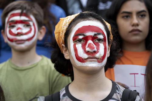 دانشآموزان آمریکایی با تعطیلی کلاسها به قانون حمل اسلحه و کشتارهای سریالی در مدارس آمریکا اعتراض کردند/  شهرهای