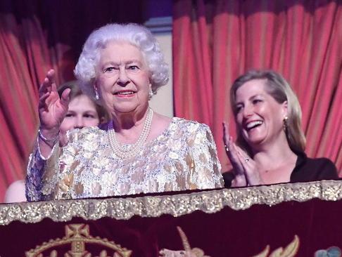 ملکه بریتانیا در کنسرت جشن تولد 92 سالگی خود به همراه دیگر اعضای خانواده سلطنتی در ساختمان