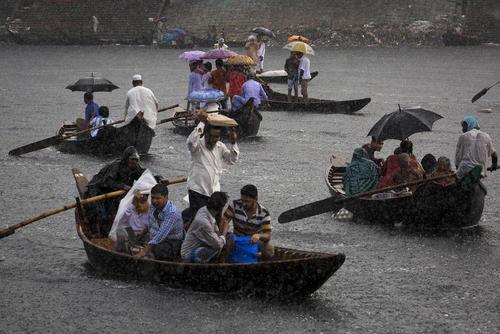 عبور از عرض رودخانه بوریگانگا در هوای بارانی شهر داکا بنگلادش