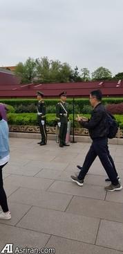 افسران پلیس در نقاط مختلف در یک مستطیل زرد رنگ قرار گرفته بودند که عبور از آن خط ممنوع بود برای بازدید کنندگان.