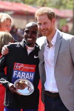 عکس یادگاری برنده کنیایی مسابقه دو ماراتون سالانه لندن با شاهزاده هری نوه ملکه بریتانیا