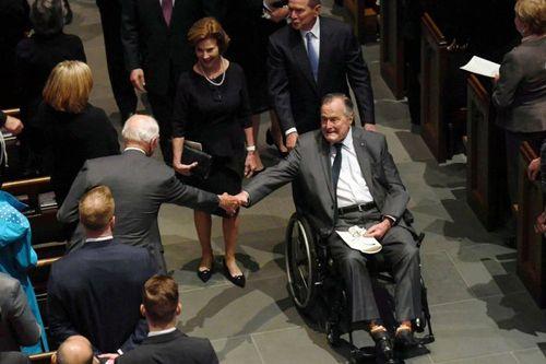 جورج دبیلو بوش رییس جمهوری اسبق آمریکا در حال هل دادن ویلچر پدرش در مراسم ختم مادرش در کلیسایی در شهر هوستون تگزاس/عکس: رویترز
