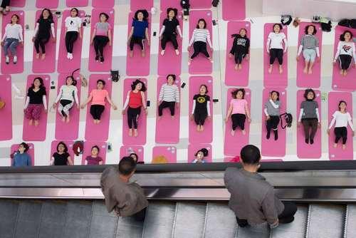 تمرین دسته جمعی یوگا در مرکز خریدی در شهر
