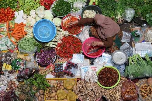 یک بساط فروش میوه و سبزی  در شهر