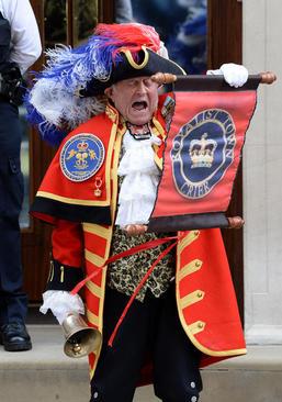 جارچی سلطنتی در حال اعلام عمومی تولد سومین فرزند شاهزاده ویلیام، نوه ملکه بریتانیا در مقابل بیمارستان سنت مری در لندن