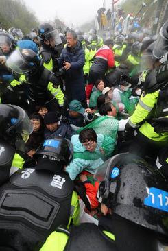 مقابله پلیس کره جنوبی با تحصن کنندگان معترض به استقرار سامانه دفاع ضد موشکی آمریکایی