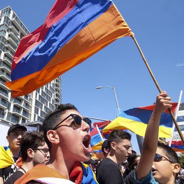دانشآموزان ارمنیتبار شهر لسآنجلس آمریکا در تظاهرات صدوسومین سالگرد واقعه تاریخی نسل کشی ارامنه