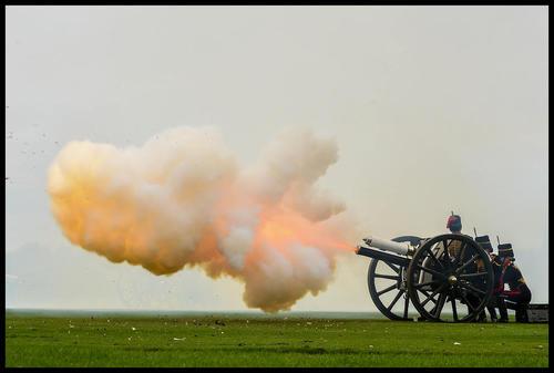 شلیک گلوله از سوی گارد سلطنتی بریتانیا به افتخار تولد سومین فرزند نوه ملکه بریتانیا