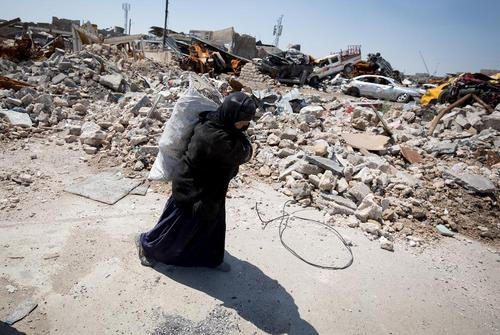 زبالهگردی در ویرانههای باقی مانده از جنگ در شهر موصل عراق/خبرگزاری آلمان