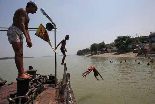 شنا در رود گنگ/ کلکته هند