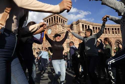 شادمانی از استعفای سرژ سرکیسیان نخست وزیر ارمنستان از قدرت در میدان مرکزی شهر ایروان/عکس: ایتارتاس