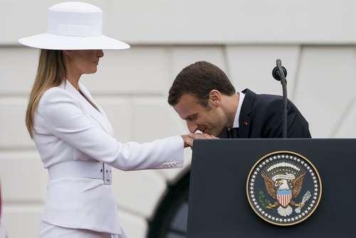 بوسه ماکرون به دست بانوی اول آمریکا در جریان مراسم استقبال رسمی در کاخ سفید