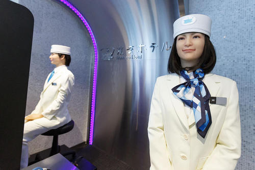 آغاز به کار یک روبات انسان نما در هتلی بزرگ در توکیو ژاپن