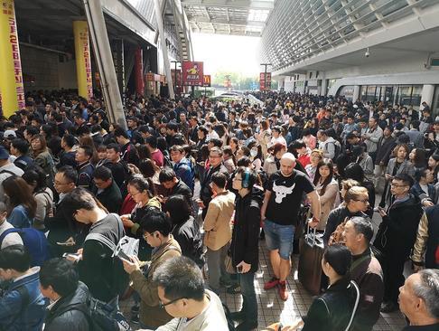معطل ماندن هزاران مسافر در یک ایستگاه مترو شهر شانگهای چین به دلیل نقص فنی