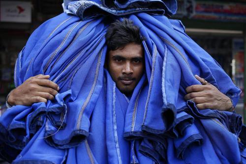 یک کارگر کارگاه پوشاک در شهر داکا بنگلادش