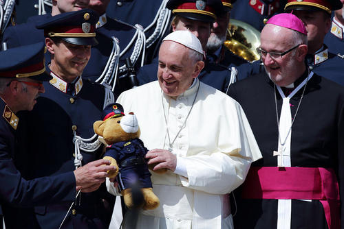 هدیه یک خرس عروسکی به پاپ در جریان حضور هفتگی این رهبر مذهبی در میدان سن پترز واتیکان