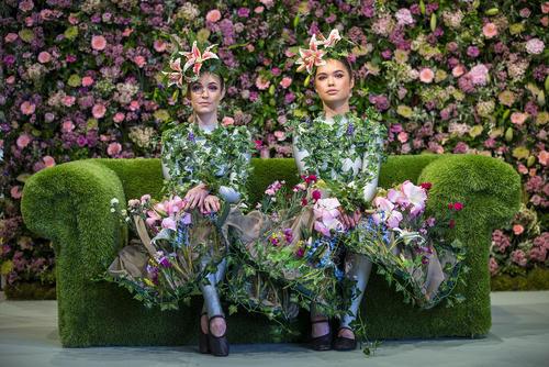 پوشیدن لباسهای گل و گیاهی در نمایشگاه سالانه گل و گیاه در یورکشایر بریتانیا
