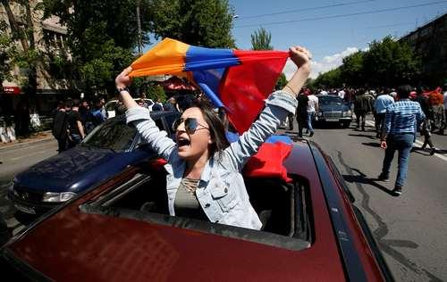 تظاهرات حامیان رهبر اپوزیسیون ارمنستان در شادمانی از استعفای نخست وزیر این کشور/ رویترز