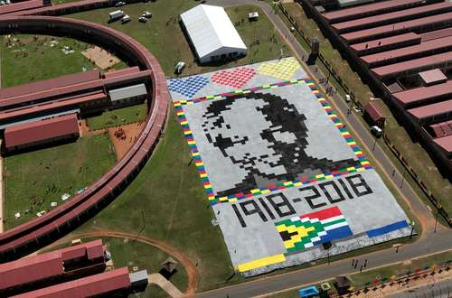 ساخت پرتره بزرگ پتویی از نلسون ماندلا در زندانی در آفریقای جنوبی