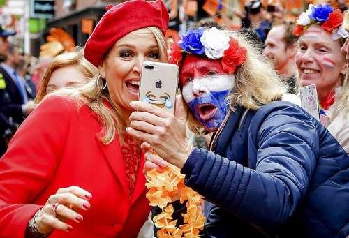 سلفی گرفتن با  ملکه ماکسیما همسر پادشاه هلند در جشن روز پادشاه به مناسبت پنجاه و یکمین سالروز تولد پادشاه هلند در شهر کرونینگن در شمال هلند/ عکس: EPA