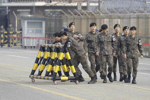 ماموران مرزبانی کره جنوبی پیش از دیدار تاریخی روز جمعه سران کره شمالی و جنوبی مشغول برداشتن موانع مرزی در منطقه مرزی پاجو
