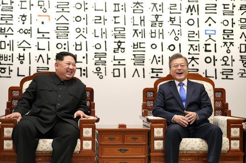 تاریخی سران دو کره در دهکده مرزی پانمونجوم/عکس : یونهاپ و EPA