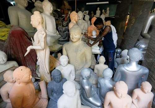 کارگاه ساخت مجسمههای بودا در شهر کلمبو سریلانکا/ رویترز